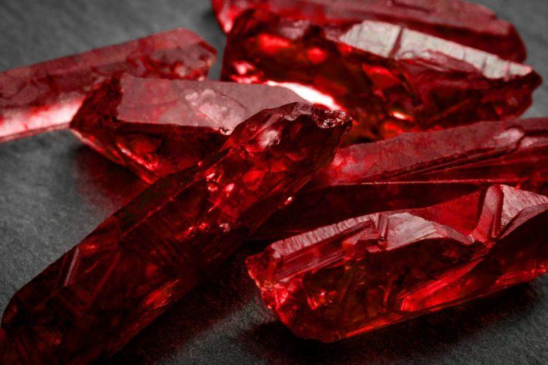 các loại đá Ruby Emerald và Saphire.